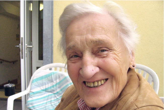 elderly woman smiling despite alzheimer's and gum disease